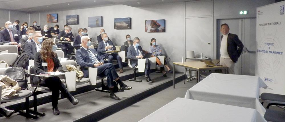 IHEDN   6e SN ESM à Nantes : des gestes barrières et une distanciation sociale qui n'entament pas l'attention des auditeurs lors des explications de Philippe Kasse, directeur de la communication des chantiers de l'Atlantique