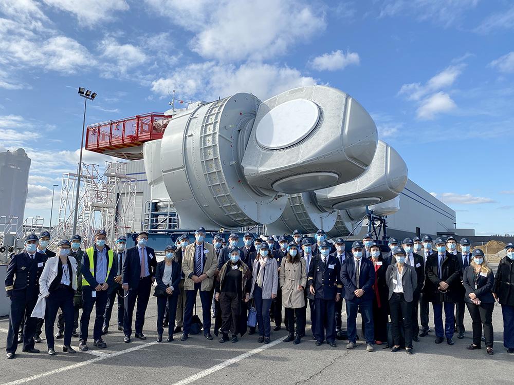 IHEDN | 6e SN ESM à Nantes : les auditeurs devant les impressionnants rotors des éoliennes offshores