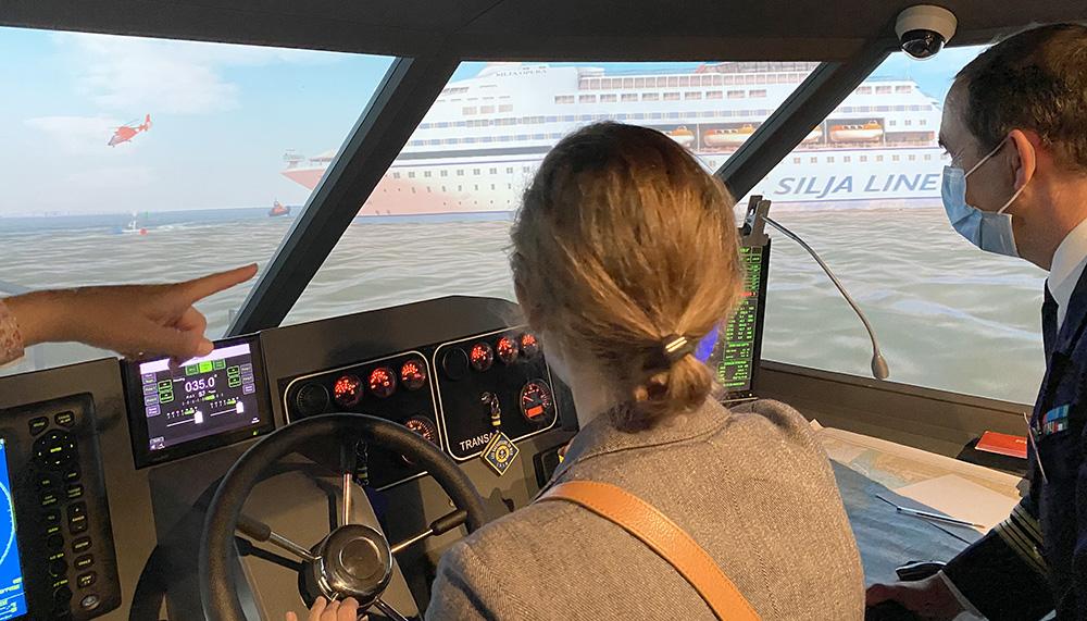 IHEDN   6e SN ESM à Nantes : à la barre d'une vedette du simulateur de la SNSM, une auditrice porte secours à un ferry en feu