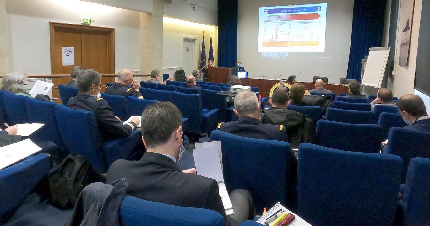 © IHEDN   6e ESM au séminaire Hauts-de-France : les auditeurs attentifs aux propos du vice-amiral d'escadre Philippe Dutrieux